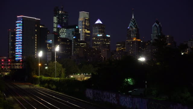 the philadelphia skyline at night - dissolvenza in chiusura video stock e b–roll