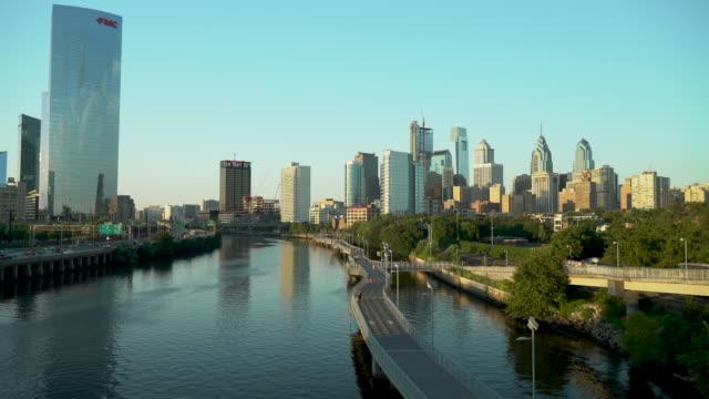 vidéos et rushes de the philadelphia skyline on a clear day - philadelphie