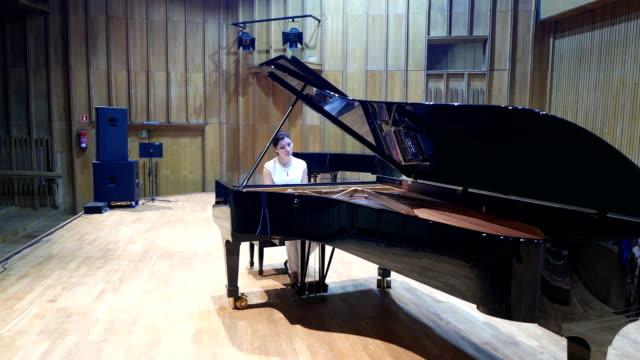 ピアニストはピアノを弾きます。 - ピアノ点の映像素材/bロール