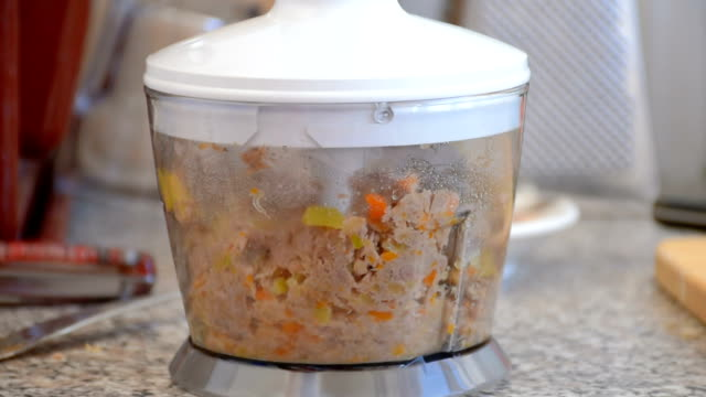 vídeos de stock, filmes e b-roll de os pedaços de batata, cenouras, abóbora no liquidificador - comida de bebê