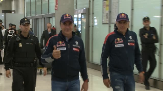 stockvideo's en b-roll-footage met the pilot carlos sainz, winner of 2018 dakar rally, is welcomed by his wife reyes vazquez de castro and his son carlos sainz jr at madrid aiport on... - pilot