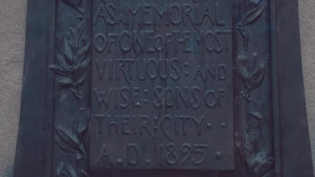 the plaque below the statue of edward colston, a notorious 17th century slave trader. the statue was pulled down by protesters during a black lives... - イングランド南西部点の映像素材/bロール