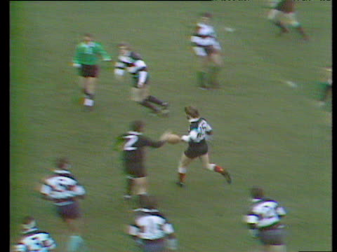 vídeos de stock, filmes e b-roll de the play preceding the famous run and try by gareth edwards for the barbarians vs new zealand all blacks in 1973 - país de gales