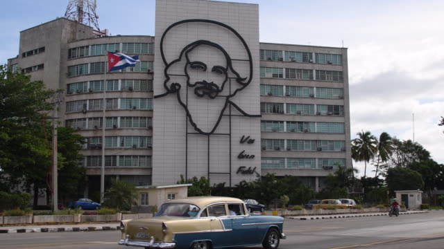 vidéos et rushes de the plaza is 31st largest city square in the world measuring 72000 square meters and is a major tourist attraction the square is notable for hosting... - révolution cubaine