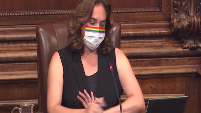 the plenary session of barcelona's town hall has approved in an extraordinary plenary session the proposal on the monarchy presented by erc and... - rathaus stock-videos und b-roll-filmmaterial