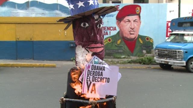 vídeos y material grabado en eventos de stock de the polarisation of venezuela was visible on easter sunday as caracas residents burned carton made puppets of us president obama and venezuela... - judas