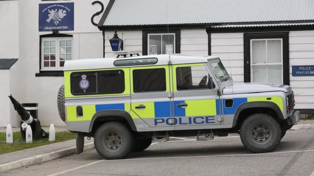 the police headquarters in port stanley, the capital of the falkland islands, with a whale harpoon outside. - 大西洋諸島点の映像素材/bロール