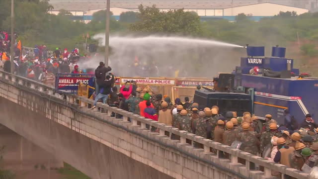 the police officials using water cannon at the protesters to stop them from moving ahead at delhi-haryana border near ambala, on november 26, 2020.... - 放水砲点の映像素材/bロール