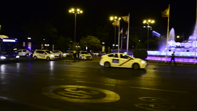 vídeos y material grabado en eventos de stock de the police protect the cibeles fountain so that real madrid fans do not concentrate to celebrate the title won on july 16, 2020 in madrid, spain. - ambientación