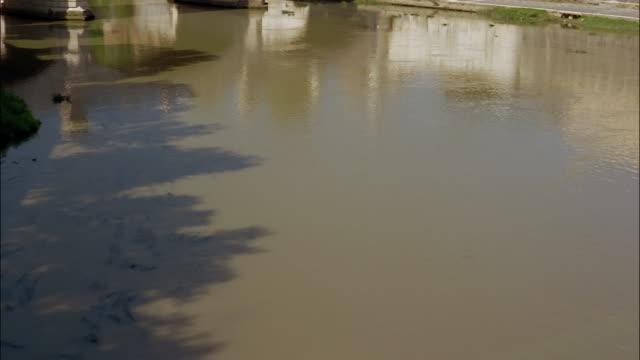 the ponte sant' angelo bridge crosses the tiber river in rome. - テベレ川点の映像素材/bロール