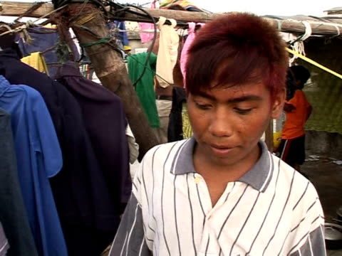 the poor and the dead have little choice but to mingle together in a graveyard in the northern manila port district of navotas one of the world's... - isola di luzon video stock e b–roll