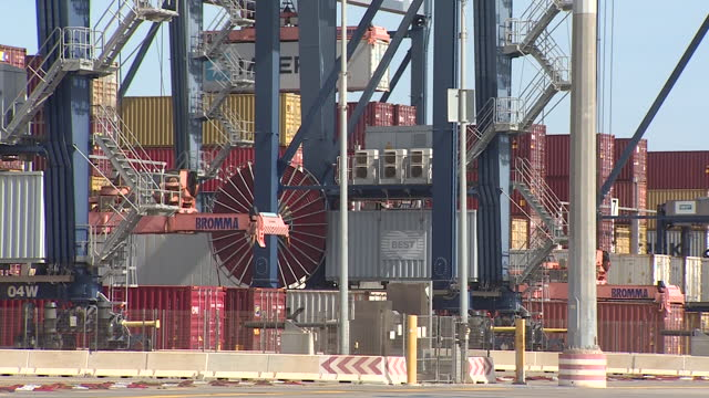 the port of barcelona is working on a contingency plan to be able to serve a greater number of cargo ships in the coming days, after the opening of... - articolo video stock e b–roll