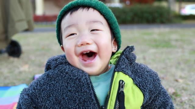 冬のアジアの小さな男の子の肖像画 - 幼児点の映像素材/bロール