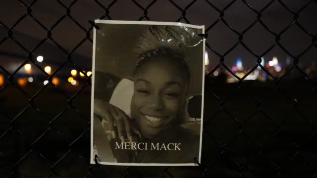 the portrait of the late merci mack hangs on a waterfront fence on september 13 in williamsburg, brooklyn, new york city. the new memorial entitled... - hinweisschild stock-videos und b-roll-filmmaterial