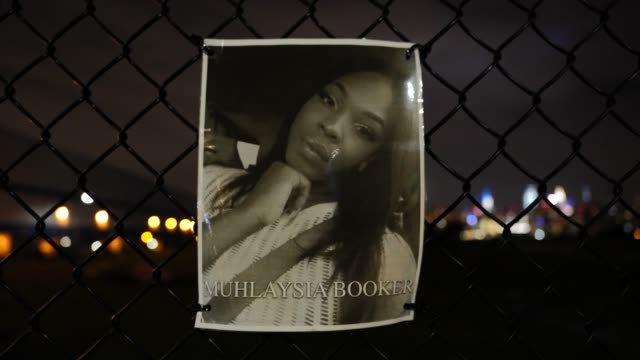the portrait of the late muhlaysia booker hangs on a waterfront fence on september 13 in williamsburg, brooklyn, new york city. the new memorial... - hinweisschild stock-videos und b-roll-filmmaterial