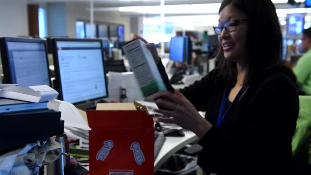 vidéos et rushes de the post office added a fancy new parcelsorting machine this year at its mail facility near northfield the fivemile conveyor belt speeds up delivery... - post it