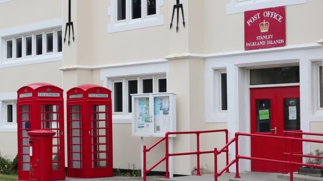 vídeos y material grabado en eventos de stock de the post office in port stanley, the capital of the falkland islands. - buzón postal