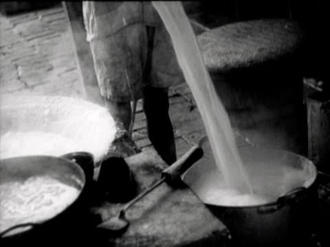 vídeos de stock e filmes b-roll de the preparation of rice bread by a chinese family - alimento básico