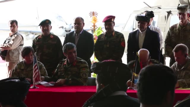 vídeos de stock e filmes b-roll de the president of afghanistan asfraf ghani and senior officials from the afghan air force attend handover ceremony for the arrival of new uh60 black... - coligação