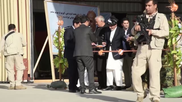 vídeos de stock e filmes b-roll de the president of afghanistan asfraf ghani and senior officials from the afghan air force attend handover ceremony for the arrival of new uh60 black... - kandahar