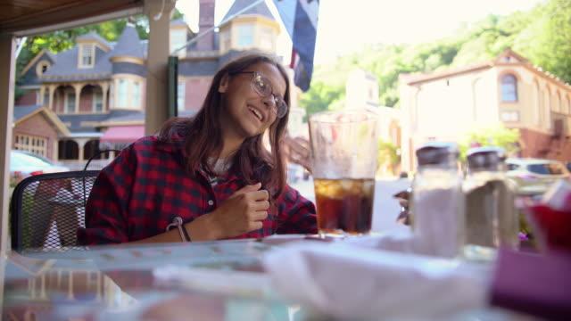 Die hübsche 16-jährige Teenager-Mädchen in der Straße Cafee begrüßen und einladen jemand beitreten. Jim Thorpe, Poconos Region, Pennsylvania