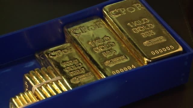 vídeos de stock e filmes b-roll de the price of gold topped $1500 an ounce for the first time on wednesday as a weakened dollar plus fears over high inflation and sovereign debt... - plus key