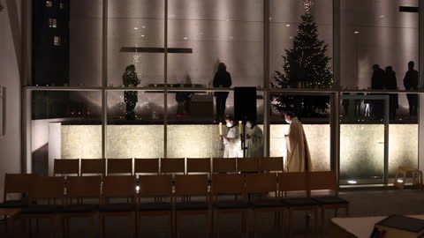 the priest and altar server wearing protective face masks open a service at st. canisius catholic church on christmas day during the second wave of... - gottesdienst stock-videos und b-roll-filmmaterial