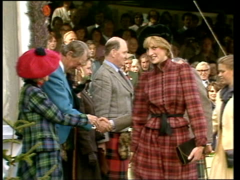 vídeos de stock e filmes b-roll de the prince and princess of wales at the highland games; *music playing intermittently sot* scotland: braemar: gv gathering queen and duke of... - país de gales