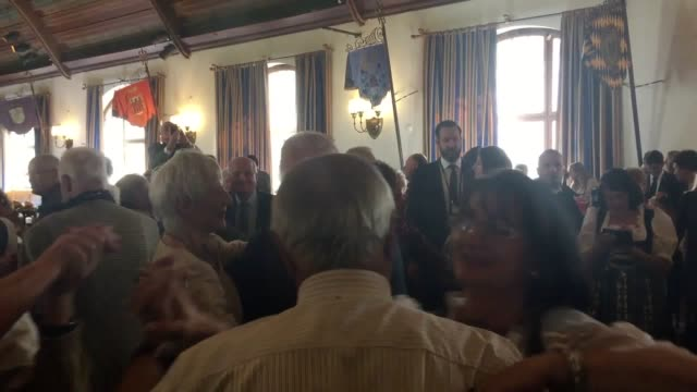 vídeos de stock, filmes e b-roll de the prince of wales and the duchess of cornwall visit a beer hall in munich charles and camilla joined more than 150 elderly citizens dancing in the... - alta baviera