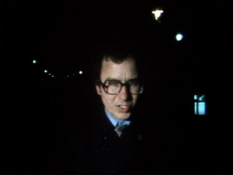 vídeos de stock, filmes e b-roll de the princess anne collection 2; 20.3.1974 attempted kidnap: opening titles of news at ten; reginald bosanquet reads headlines on 'assassination... - sequestro