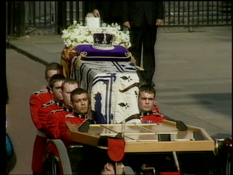 the princess anne collection 3; t05040206 5.4.2002 queen mother coffin taken to westminster for her lying-in-state: coffin borne to gun carriage;... - 正装安置点の映像素材/bロール