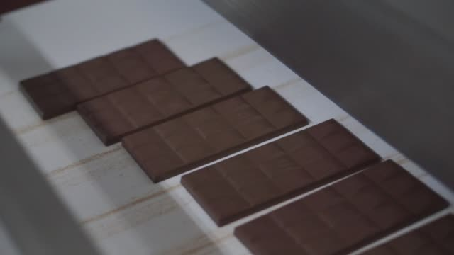 vídeos de stock, filmes e b-roll de the production line at the trostyanets confectionery plant, operated by mondelez international inc., in trostyanets, ukraine, on thursday, april 6,... - doces