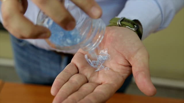 Le professeur explique aux élèves le processus de recyclage des plastiques
