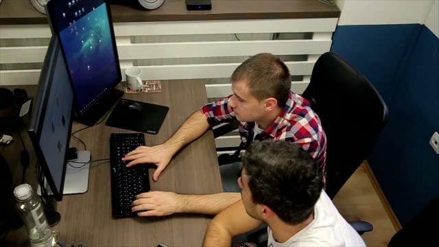 vídeos de stock e filmes b-roll de the programmer writing software develop codes on the white board - software de computador