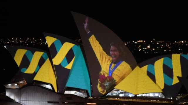 the projection celebrating cathy freeman's historic 400m gold medal win at the sydney 2000 olympic games was created by the national film and sound... - olympische spiele stock-videos und b-roll-filmmaterial