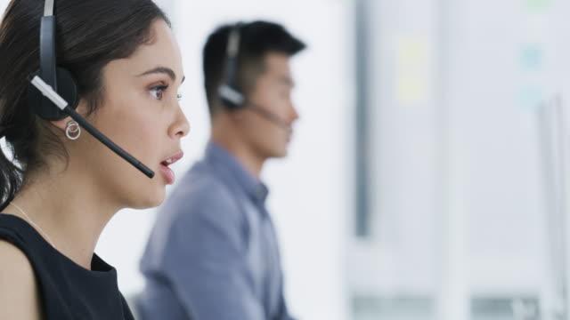 vídeos y material grabado en eventos de stock de los profesionales en atención al cliente - técnico telefónico