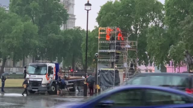 the protective boards placed around the statue of winston churchill in london's parliament square were removed on wednesday evening ahead of a visit... - arranging stock videos & royalty-free footage