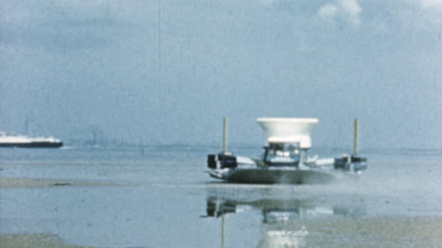 vídeos de stock, filmes e b-roll de 1960 montage sr.n1, the prototype hovercraft, hovering above the water and moving at speed / united kingdom - veículo anfíbio