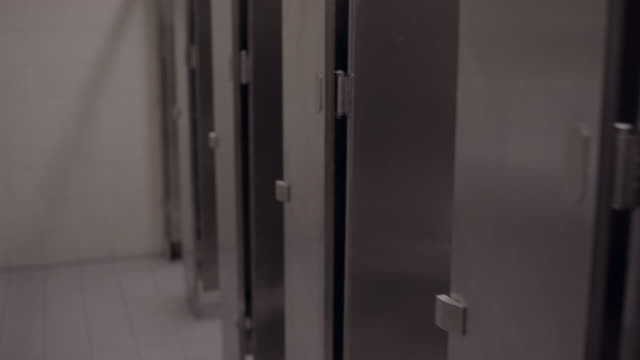 駅の公衆トイレ。 - お手洗い点の映像素材/bロール