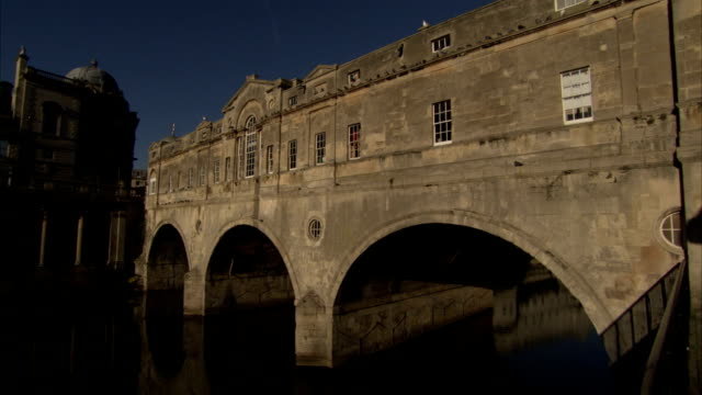 the pulteney bridge is topped by a georgian style building. available in hd. - pulteney bridge stock videos & royalty-free footage