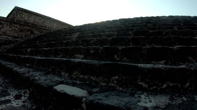 die pyramiden von teotihuacan in mexiko - pyramide bauwerk stock-videos und b-roll-filmmaterial