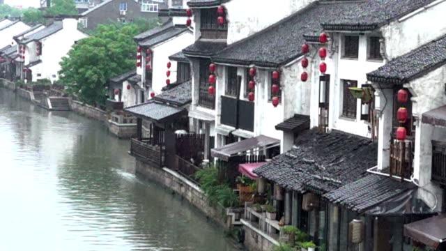 vídeos de stock, filmes e b-roll de the qingming bridge scenic spot in heavy rain - teatro clássico