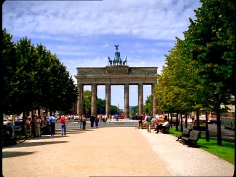 vidéos et rushes de the quadriga chariot statue stands on top of the brandenburg gate in berlin. - voiture hippomobile