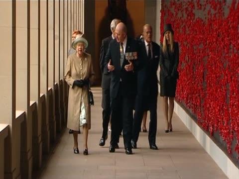 vídeos de stock e filmes b-roll de the queen and duke of edinburgh visit australia's war memorial in canberra - memorial de guerra