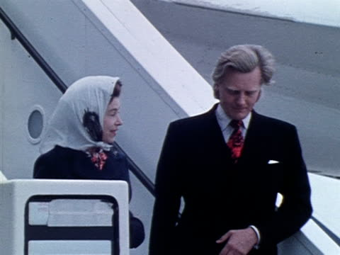 the queen and michael heseltine leave concorde 002 after their tour of the new aircraft 1972 - 1972 stock videos & royalty-free footage