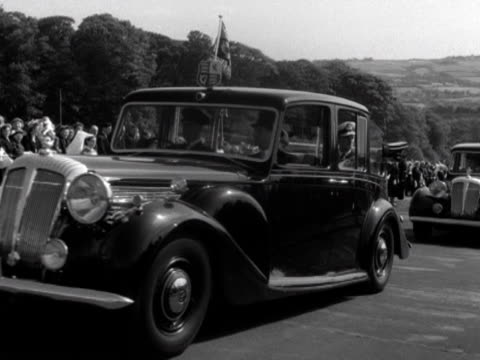 the queen and prince philip arrive at stormont castle during their state visit to northern ireland - ストーモント点の映像素材/bロール