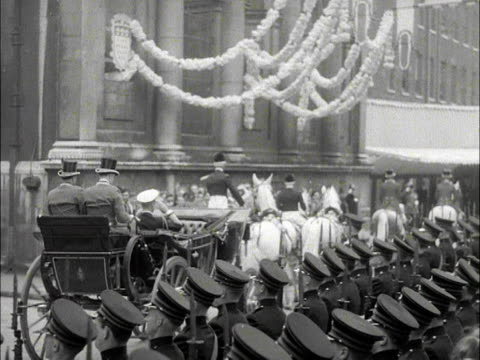 the queen and prince philip arrive at the guildhall in a horse drawn carriage. 1953. - rathaus stock-videos und b-roll-filmmaterial