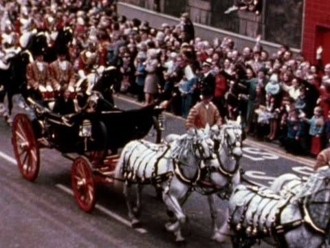 vídeos de stock, filmes e b-roll de the queen and prince philip drive through the streets of glasgow in a horse drawn carriage and accompanied by riders of the household cavalry during... - papel em casamento