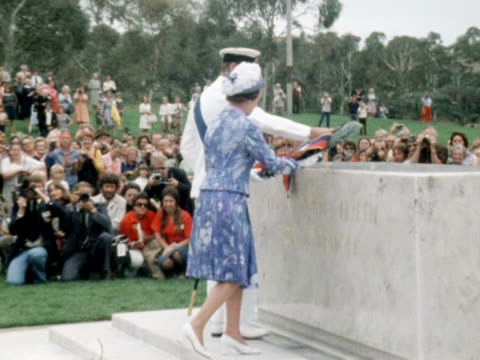 vídeos y material grabado en eventos de stock de the queen and prince philip lay a wreath at the canberra war memorial during their silver jubilee tour of australia 1977 - 1977