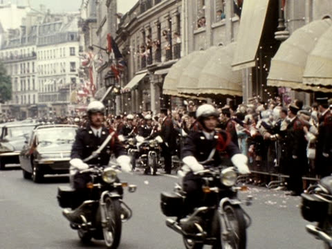 vidéos et rushes de the queen and prince philip travel through the streets of paris in an open top car during their state visit to france 1972 - duc d'edimbourg